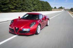 Alfa Romeo 4C, le nouveau supercar compact de la marque lancé fin 2013, ici dans une livrée rouge Alfa (première photo studio) ou rosso Competizione (coloris irisé multicouche, désormais associé à la sportivité de la marque)