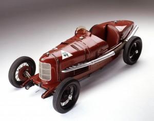 L''Alfa Romeo P2, voiture ayant remporté le premier championnat du monde en 1925, ici dans la couleur rouge plus foncé utilisée sur les Alfa Romeo avant-guerre.