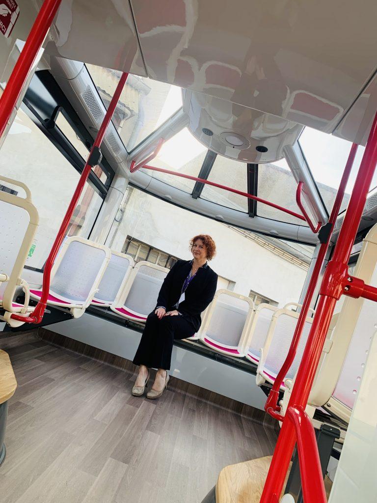 Anne-Charlotte Laugier dans le bus à hydrogène Auxerrois
