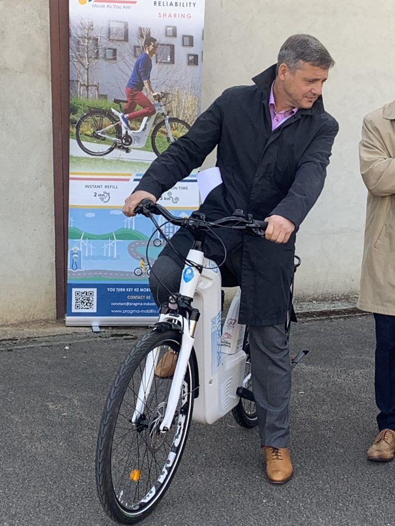 Crescent Marault, le maire d'Auxerre, teste un vélo à hydrogène